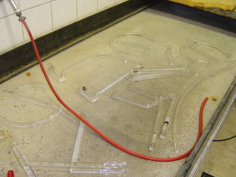 Wässern mit klarem Wasser um sämtliche alte Rückstände zu entfernen