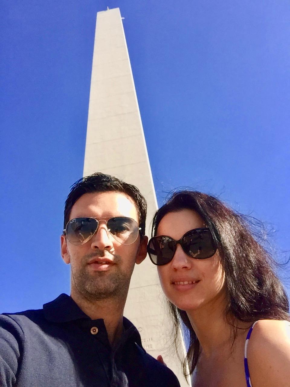 Vor dem Obelisk