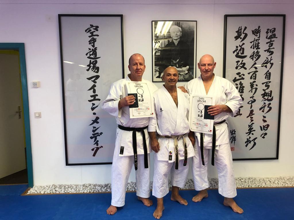 Gratulation zum 6. Dan – Ralf Vogt und Hardy Berscheid (rechts) mit Prüfer Georg Karras (mitte)