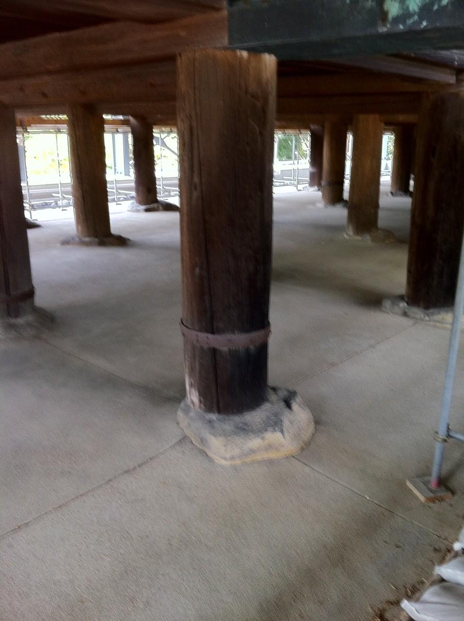 高床式の丸柱(直径60センチ、床までの高さ2.5メートル)西暦756年建立