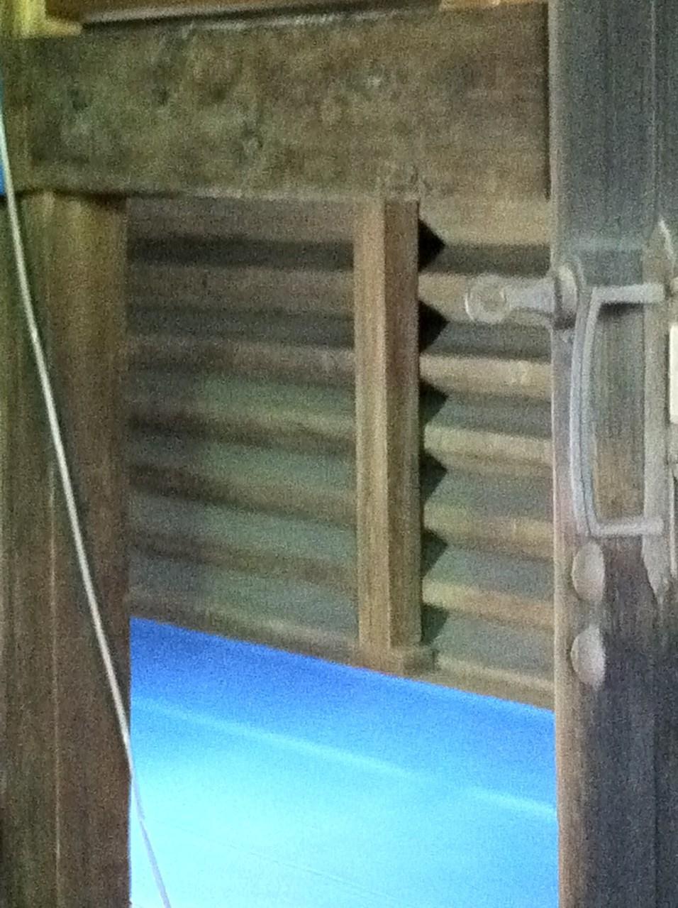 内部の様子(アップで撮影。内部から校倉造の内側が見えます。)