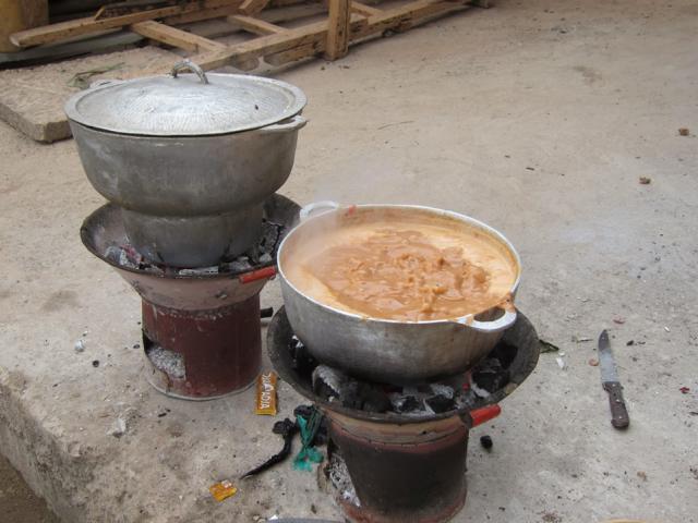 Kochstelle mit Holzkohle
