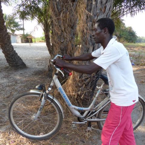 Lehrer der DYARAMA SCHULE mit Bike