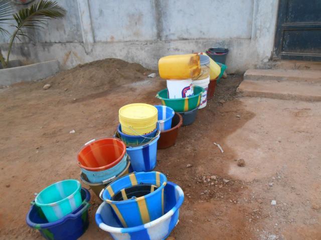 Warteschlange für Wasserbezug