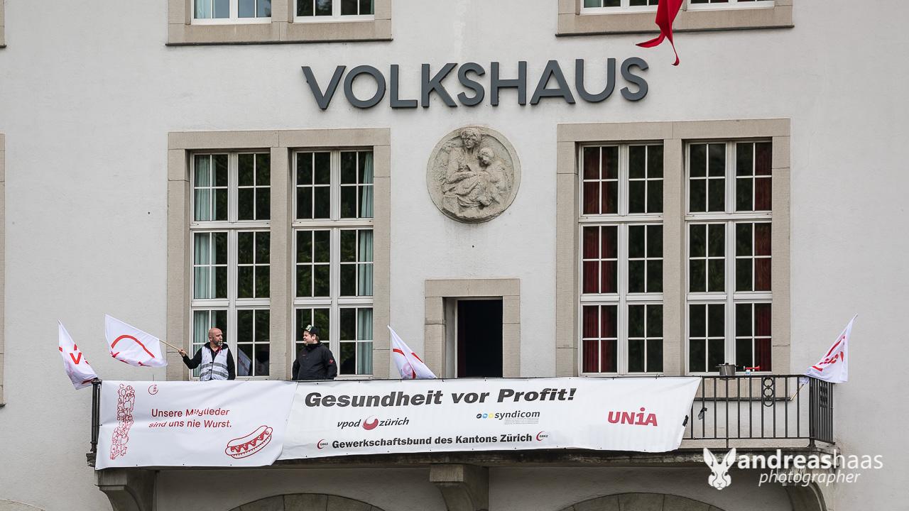 Auf dem Balkon des Zürcher Volkshaus machten Demonstranten Lärm um auf ihre Anliegen aufmerksam zu machen.