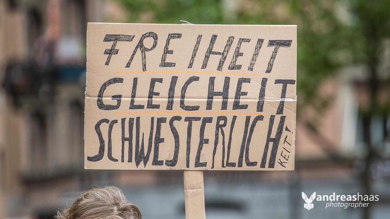 Botschaft einer weiteren Demonstrantin auf dem Zürcher Helevetiaplatz.