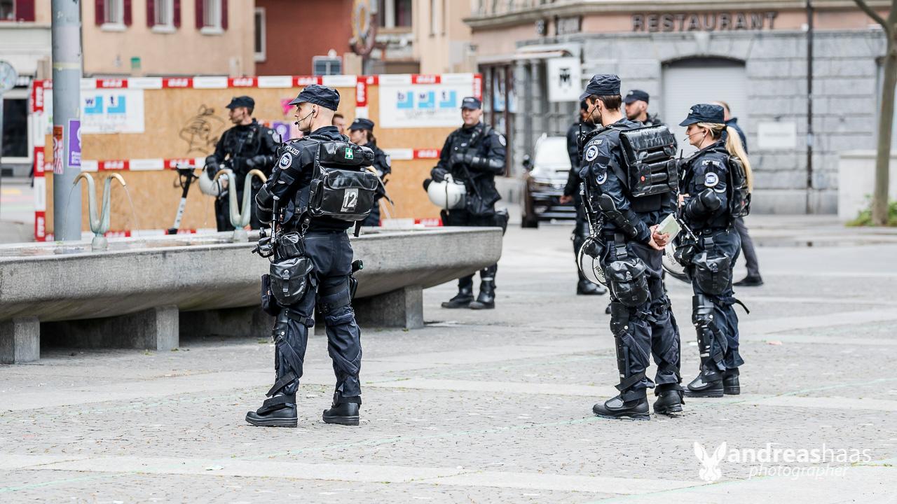 Die Zürcher Stadtpolizei war mit einem Grossaufgebot vor Ort und forderte die Demonstranten auf nach Hause zu gehen.