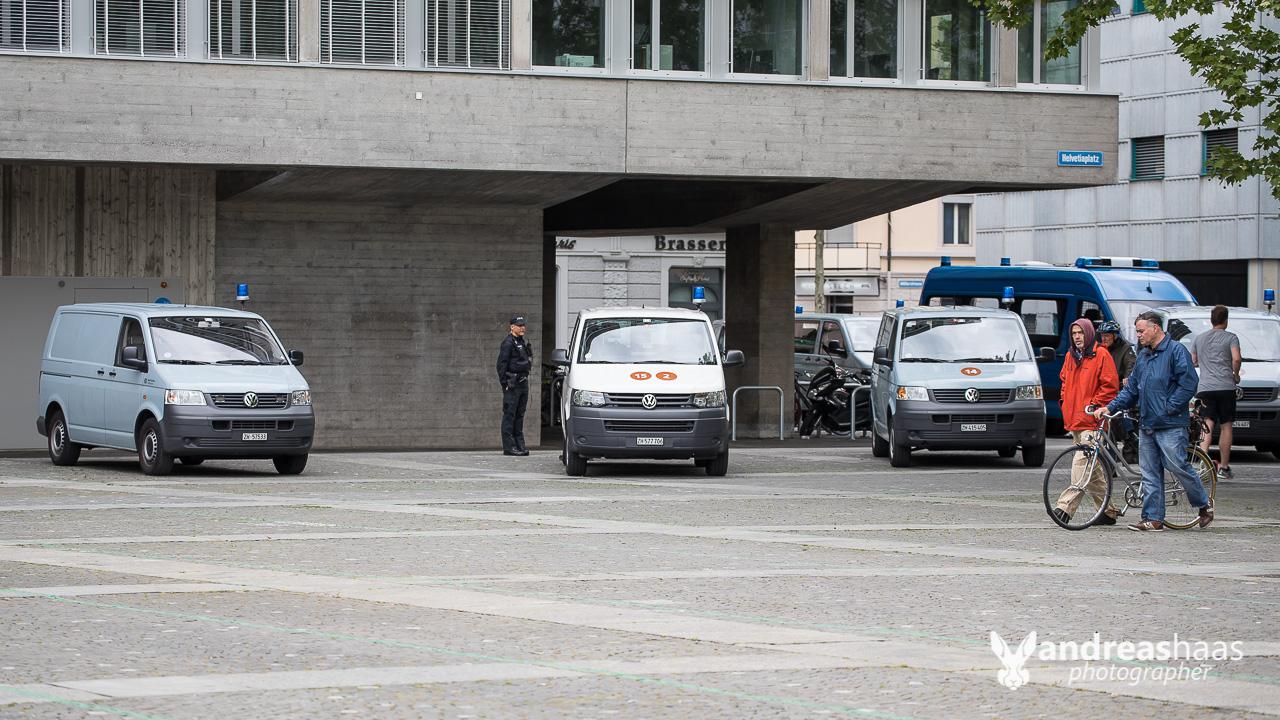Die Zürcher Stadtpolizei war noch lange mit Einsatzkräften präsent.