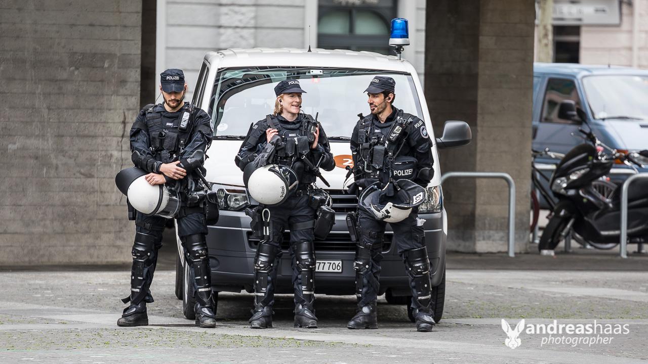 Die Stadtpolizei Zürich markiert Präsenz. Am Abstand könnte man noch etwas arbeiten.
