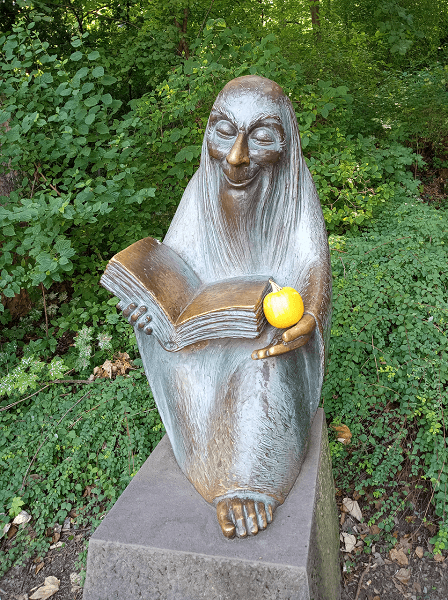 Affe mit Buch zu Psychotherapie in Deutschland