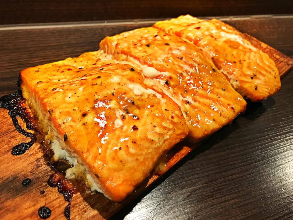 Honig-Senf Lachs von Zedernholzbrett