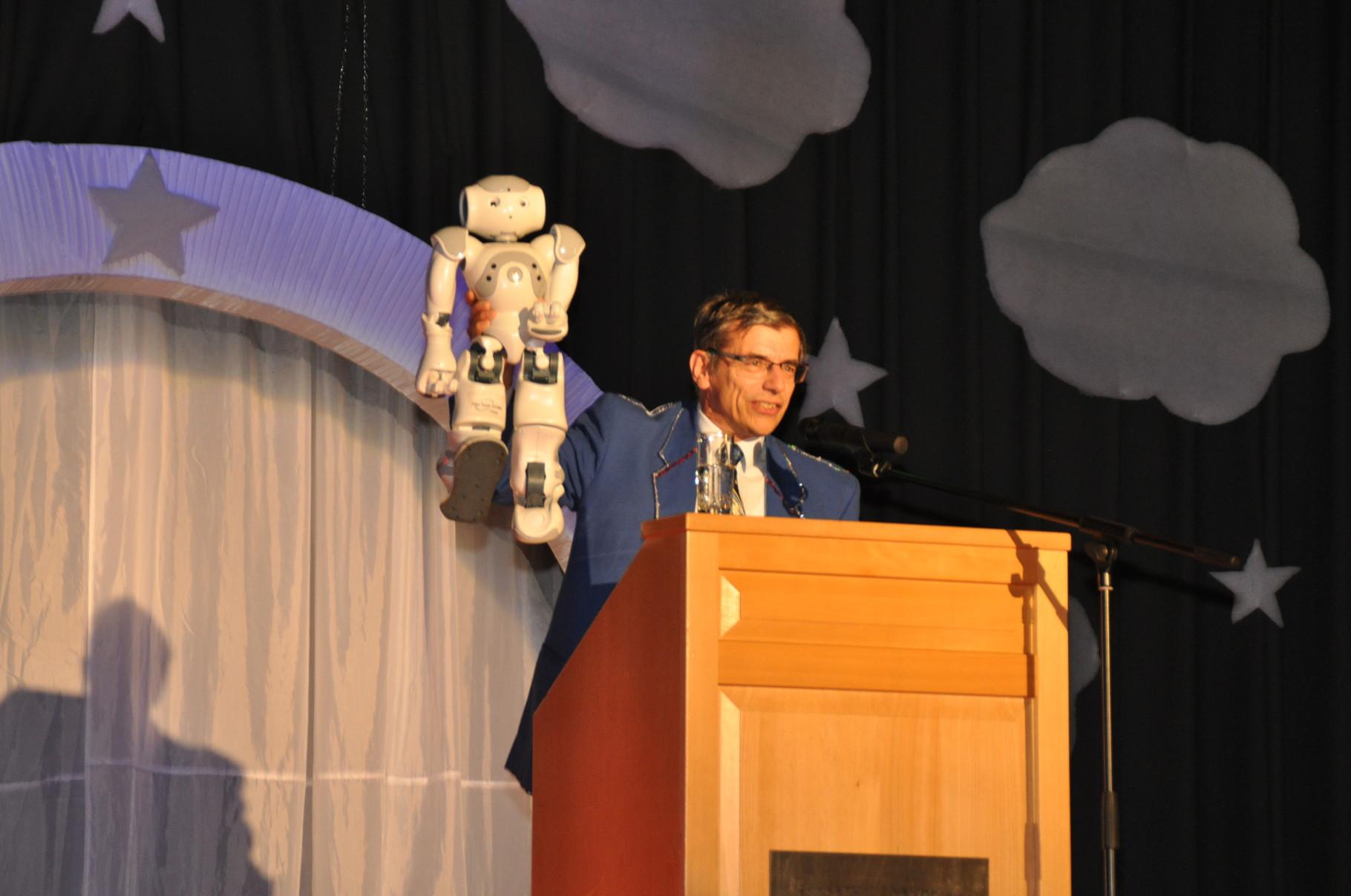 Prof. Dr. Siegfried Schönherr referiert als Dr. Bläulich darüber, warum künstliche Intelligenz in der Kommunalpolitik nicht hilft.