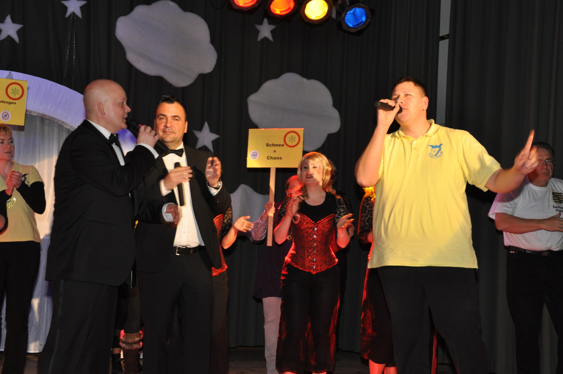 Die gesungene Hymne des DCV beschließt den Abend. Wir bedanken uns bei unserem Publikum und allen Rednern!