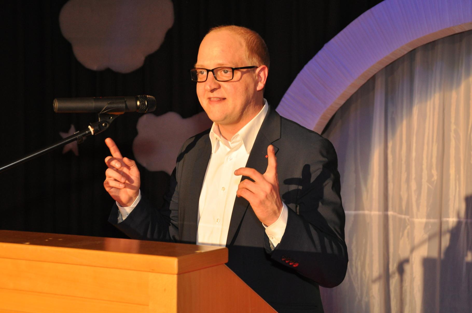 Henning-Homann (SPD, MdL) erklärt das Hebelgesetz in der Politik und landete damit einen Treffer beim Publikum.