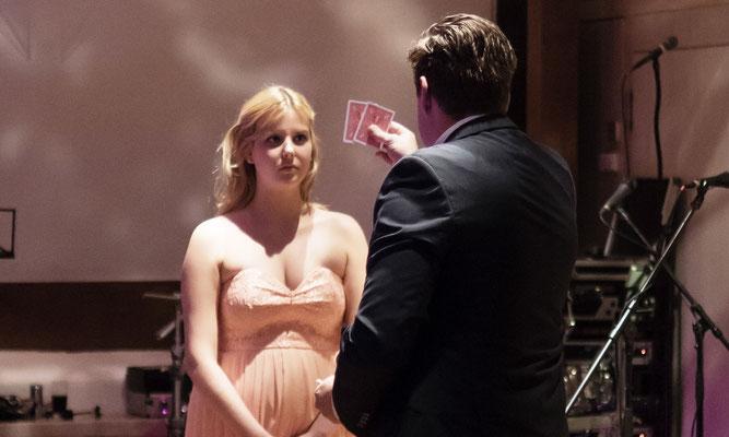 Mehrfach ausgezeichnete Zaubershow in Leipzig. Überzeugen Sie sich vom Sener-Approach! Zeitgemäße Zauberkunst. Magische Momente. Top Entertainment in Leipzig für Ihre Hochzeitsfeier.