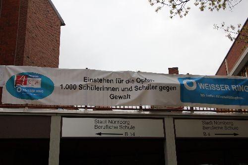 Banner über dem Schulhauseingang: Einstehen für die Opfer - 1.000 Schüler gegen Gewalt!
