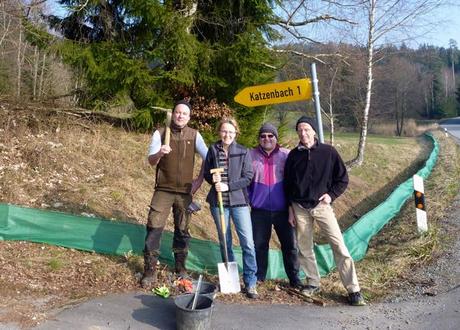 Der Zaun in Katzenbach steht dank der tatkräftigen Hilfe von Markus Schwaiger, Rosmarie Wagenstaller, Karl Pscheidl und Günther Sebald (von links). Bild: Kerstin Schecher LBV