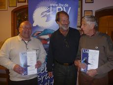 Claus Gregor (Mitte) ehrt Karl Pscheidl (links) und Rainer Listl (rechts) für ihre langjährige Mitgliedschaft