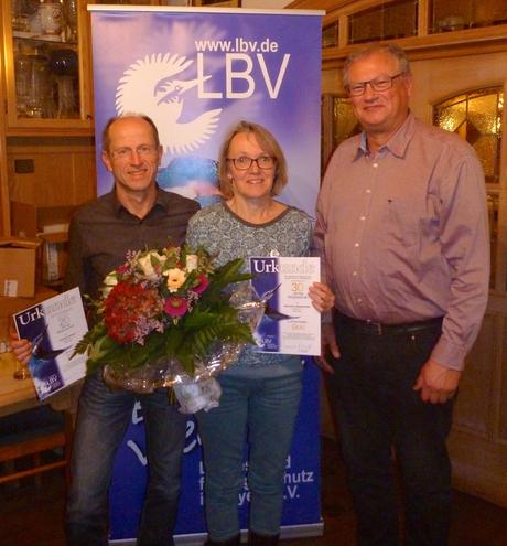 Uwe Schilly (von rechts) überreicht Rosmarie Wagenstaller und Günther Sebald die Ehrenurkunden und Nadeln