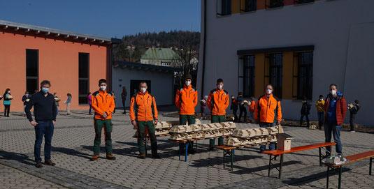 Der Direktor der Schule Richard Lang, Paul Hilgart mit drei Forstlehrlingen, Forstdirektor Jürgen Völkl und Ruth Waas vom LBV