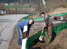 Rosmarie Wagenstaller und Günther Sebald beim Zaunaufbau