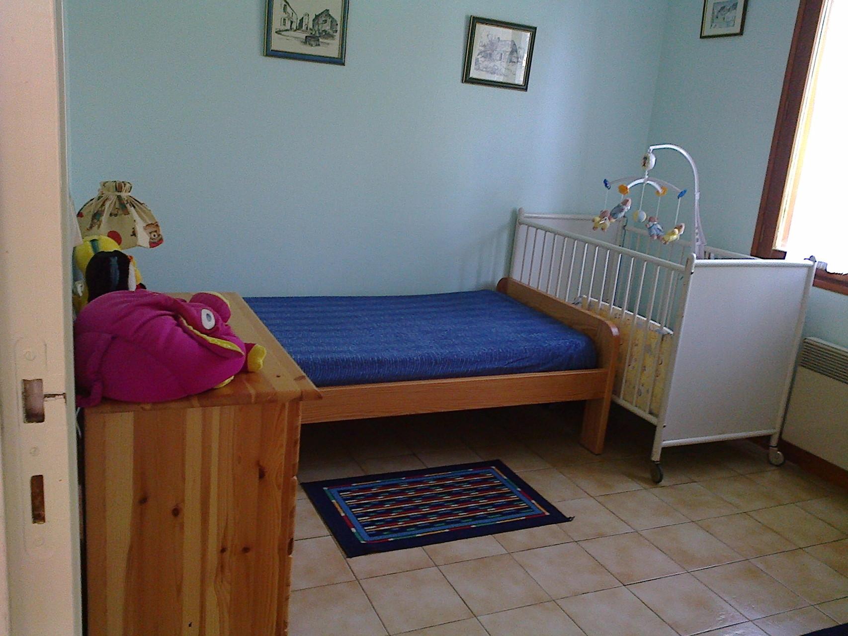 Chambre avec 2 lits pour une personne et lit bébé