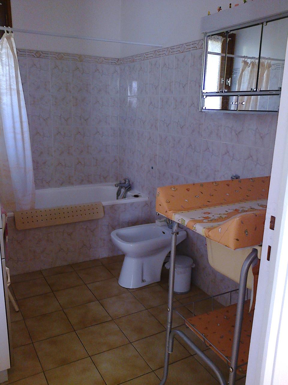 Salle de bains et table à langer avec baignoire pour bébé