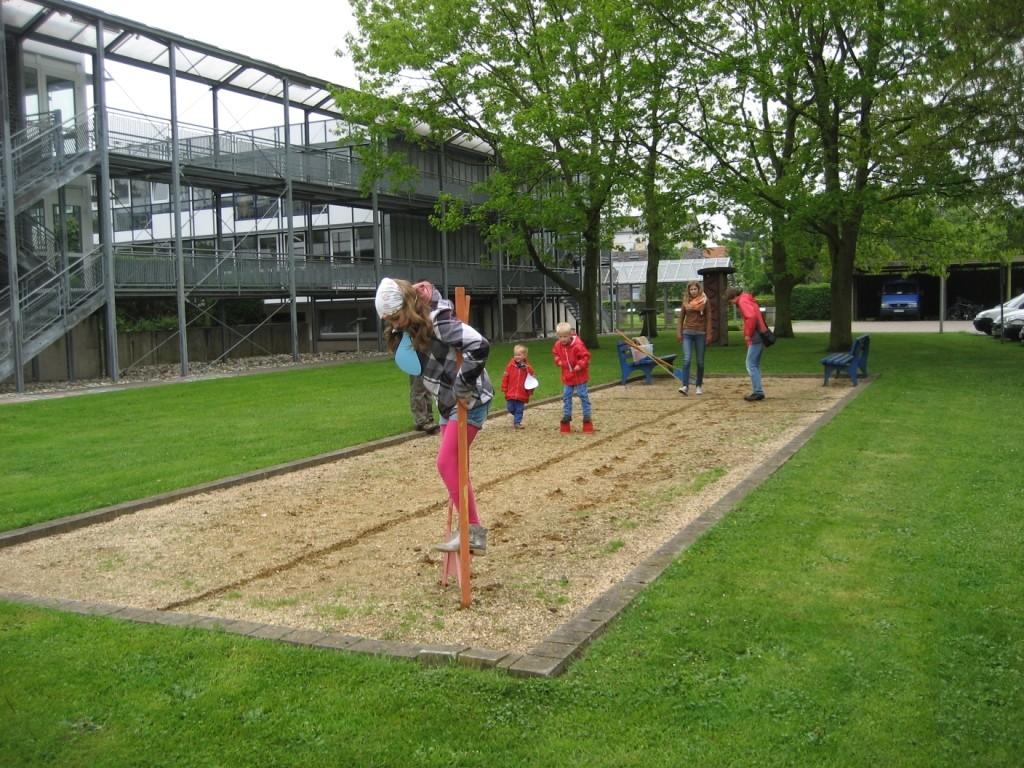 Stelzenlaufen bei der Kinder-Mit-Mach-Aktion zum Sebastian-Kneipp-Tag 2013