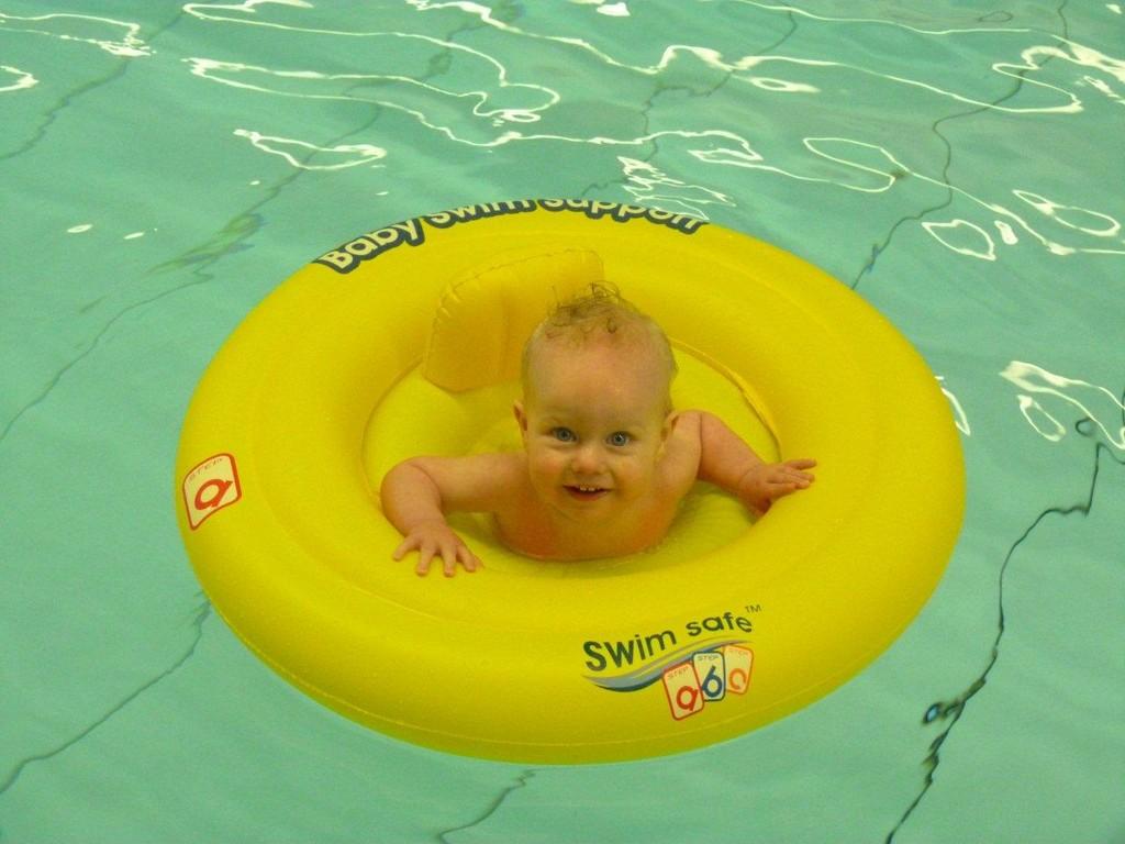 Theo te Wildt beim Babyschwimmen