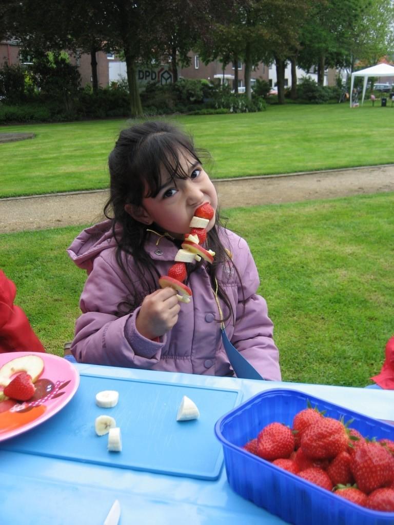 Fruchtspiesse -  Kinder-Mit-Mach-Aktion zum Sebastian-Kneipp-Tag 2013