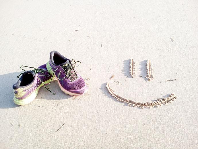 Laufschuhe am Strand