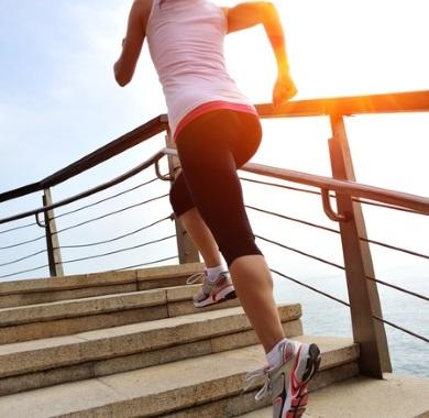Joggerin läuft die Treppe rauf