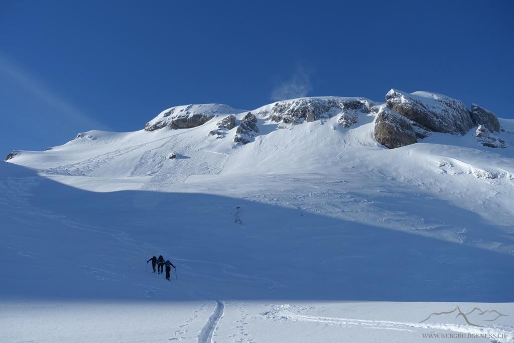 Man beachte das Schneebrett im Gipfelhang - Schlüsselbereich der Tour