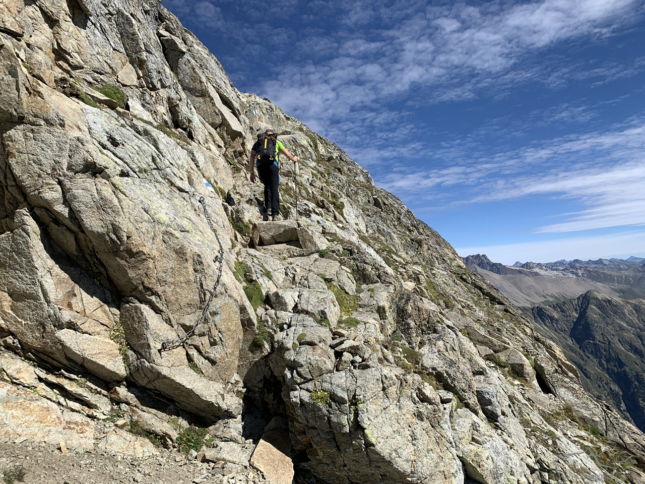 Erste steilere Passagen kommen - stets versichert mit Ketten oder Geländern.