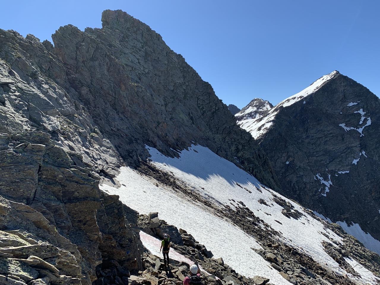 Den Pizzo Crozlina sind wir heute aufgrund eines kürzlich abgegangenen Felssturzes umgangen. Das noch vorhandene Felspaket schien uns eher instabil. Die Menge an Schutt auf dem Schnee zeugt von einiger Masse, die da abgegangen ist.