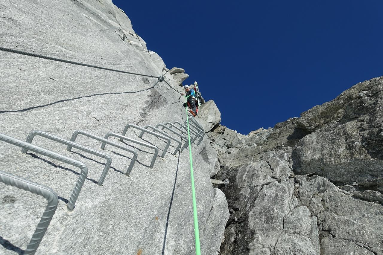 Im Klettersteig zum Tiefensattel - ohne diese Einrichtung gäbe es hier für den 0815-Tourengänger kein Hochkommen mehr