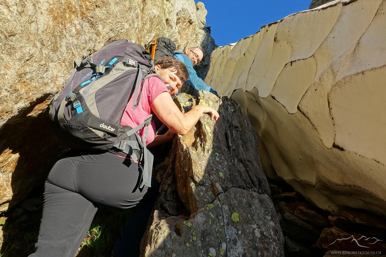 Wir können uns zwischen Fels und Schnee durchmogeln und somit bleiben die Steigeisen im Rucksack