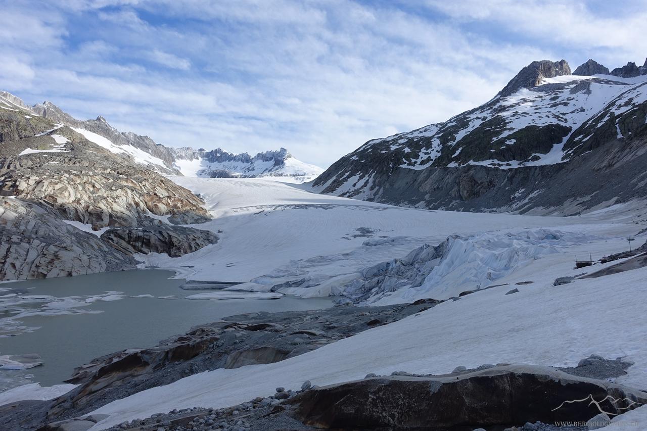 Ende der Fahnenstange...oder des Gletschers...ein trauriges Schauspiel, welches sich am Ende der Gletscherzunge des Rhonegletschers bietet...
