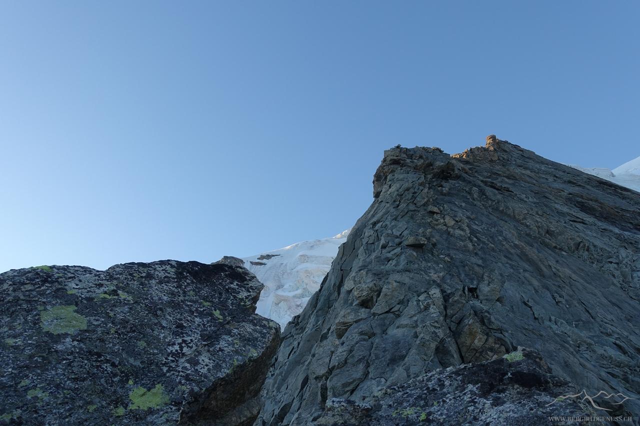 Die Kletterei beginnt...fester Fels bietet viel Spass!