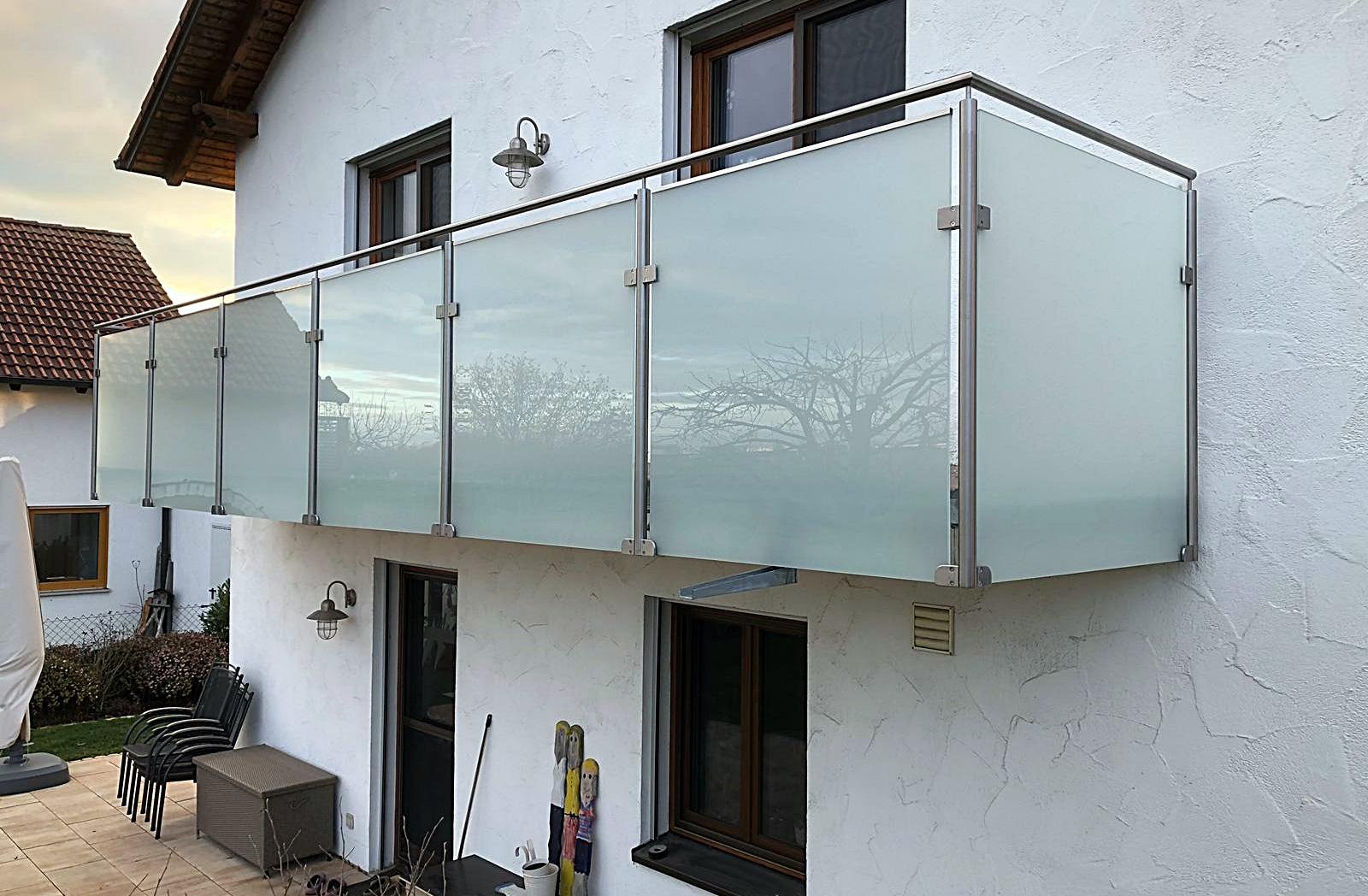 Balkongeländer mit Glas