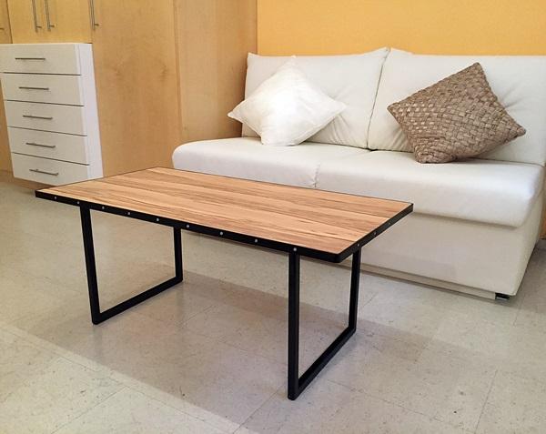 Wohnzimmertisch mit Holz und lackiert