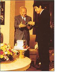 プレゼントを贈り合う東州さんと国王