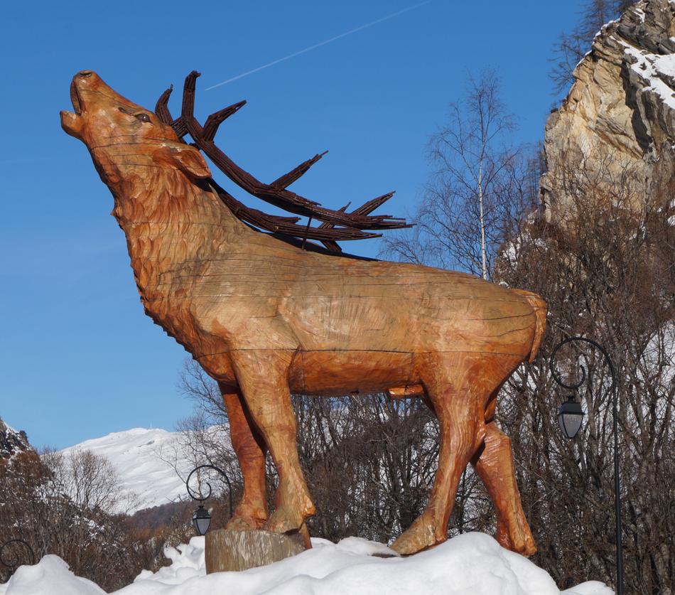 Dans un rond-point de Valloire, un cerf, imperturbable,  comme de marbre alors qu'il est en bois, brame... toute l'année.