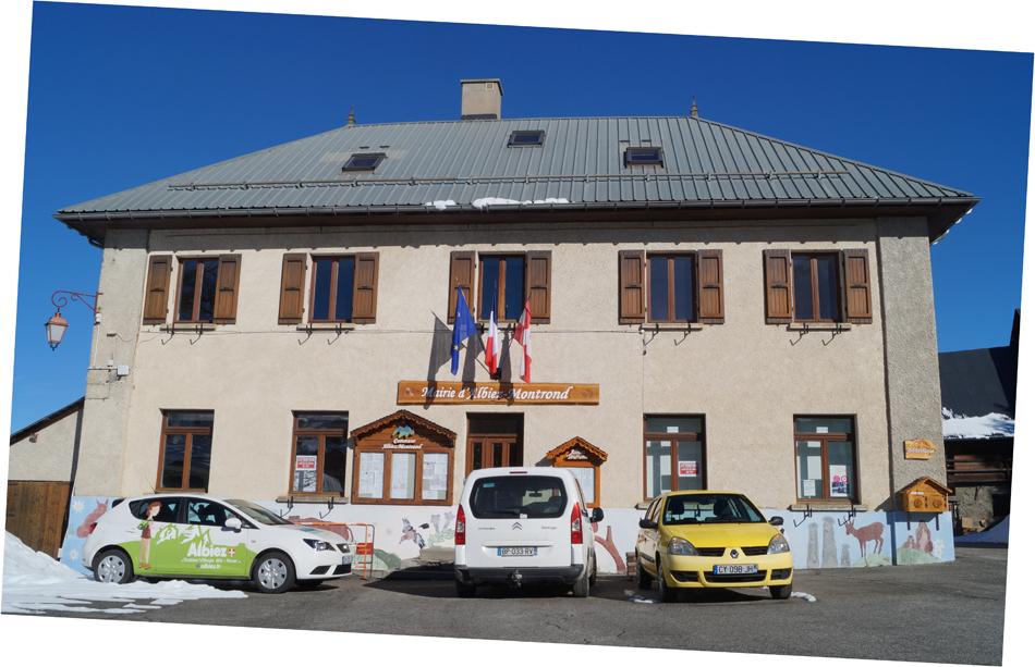 Mairie d'Albiez-Montrond et sa fresque murale, ici, en partie cachée par des voitures...
