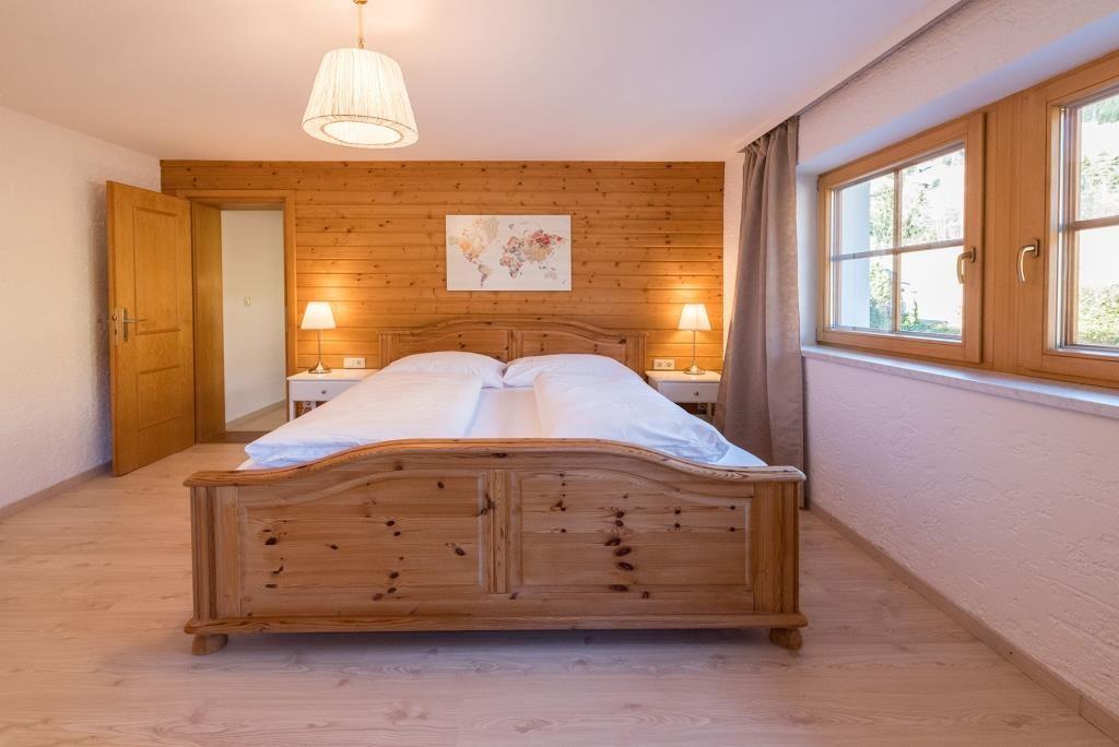 Kuscheliges Wohn-Schlafzimmer im Tiroler Holzstil.