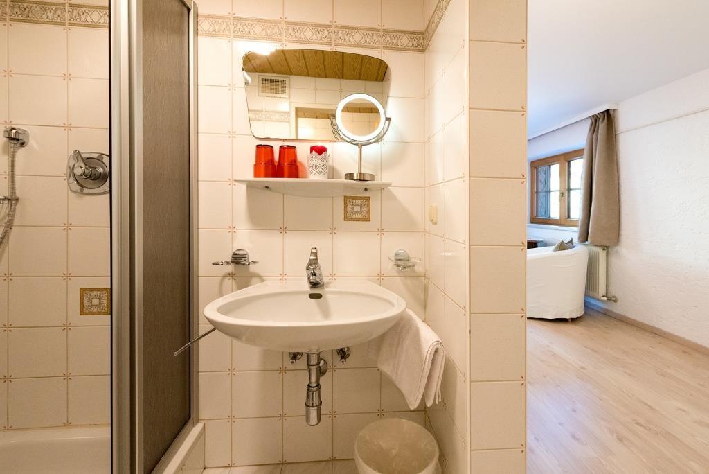 Waschbecken, Fön und Kosmetikspiegel.