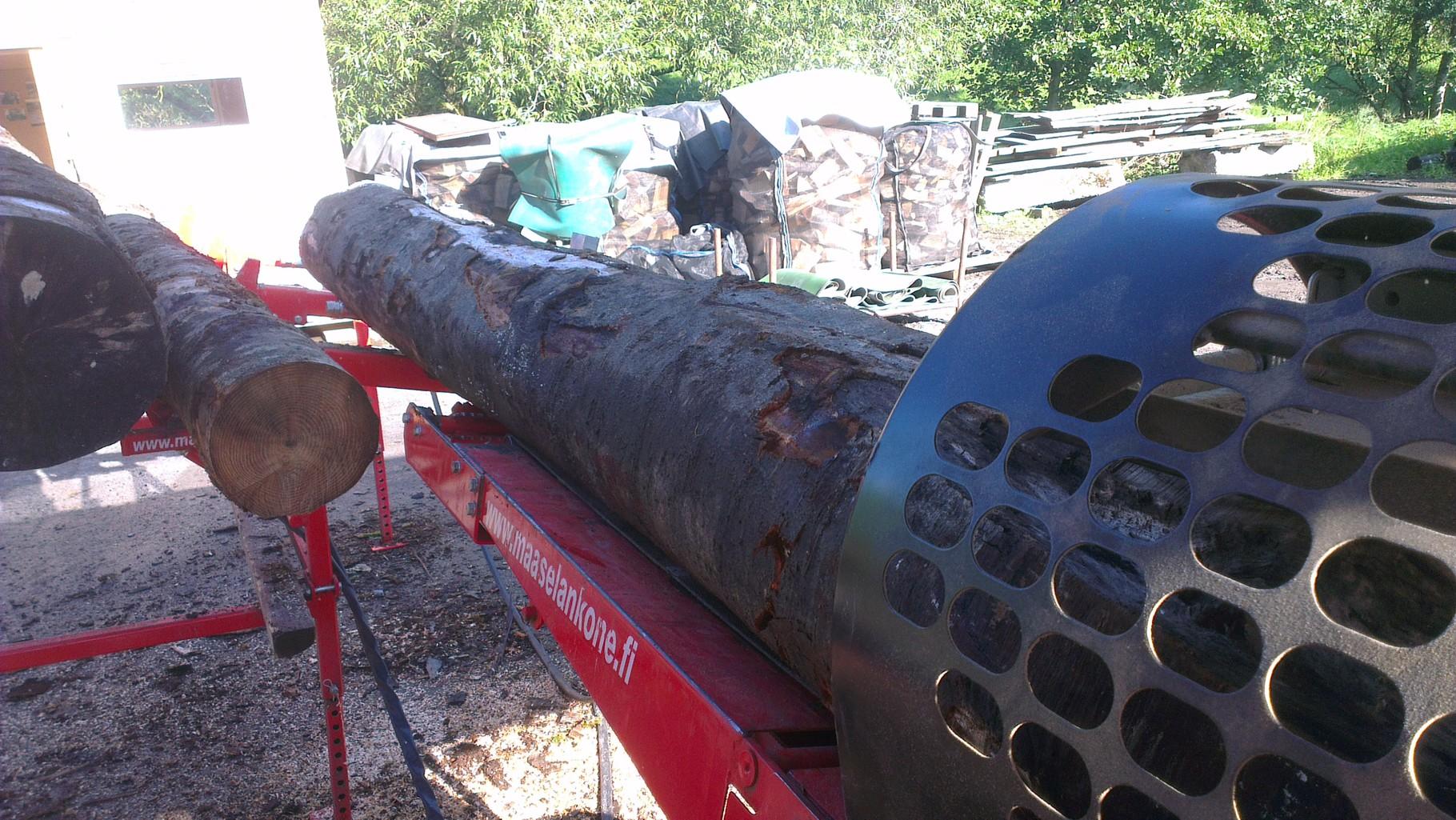 verarbeiten von Brennholz mit dem Säge / Spaltautomaten