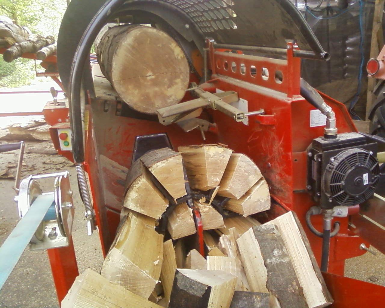 hier wird das Brennholz gesägt und gespalten