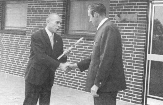 Hermann Runge übergibt den Schlüssel an W. Wiechmann
