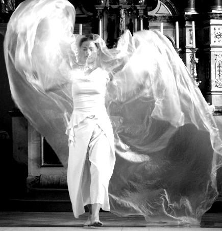 """""""himmelwärts"""" - Benefizkonzert Kirche Schwarzenberg 2009. Tanz: Astrid Tiedemann. Foto Barbara Ehlert"""